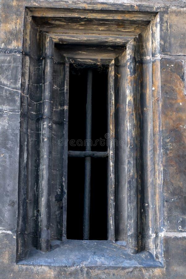 Fenêtre gothique avec des grils photo stock