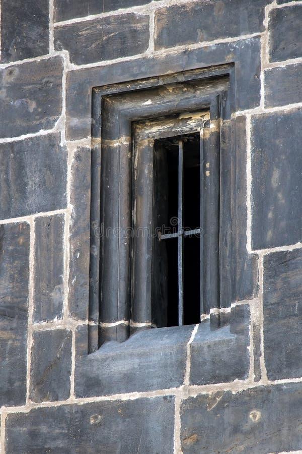Fenêtre gothique avec des grils photographie stock