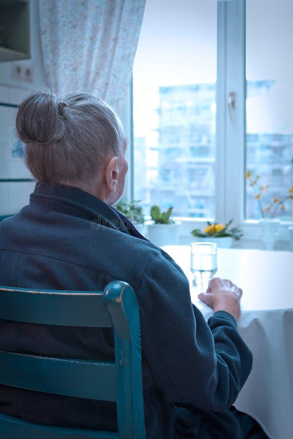 Fenêtre isolée très vieille de femme image stock