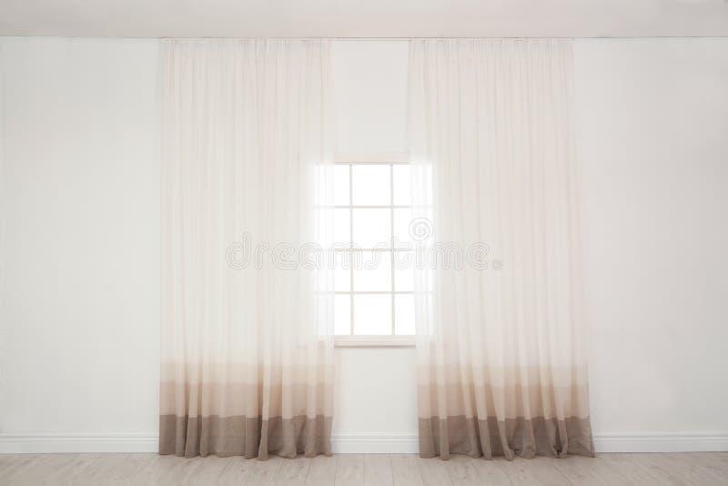 Fenêtre moderne avec des rideaux dans la chambre photographie stock