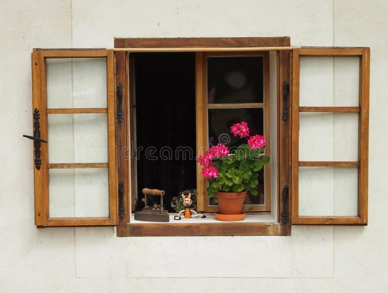 Fenêtre ouverte avec un pot de fleur photos libres de droits