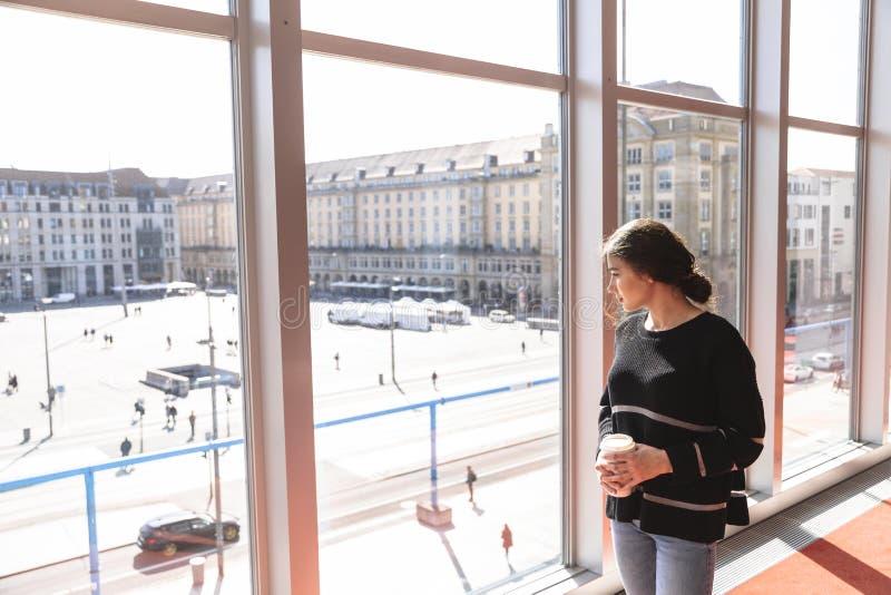 Fenêtre panoramique avec la vue à la place d'Altmarkt images stock