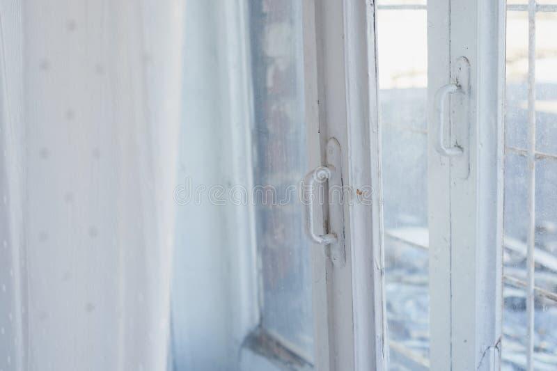 Fenêtre peinte par blanc avec le vieux cadre en bois L'intérieur de l'appartement ou de la maison Lumière du jour photographie stock