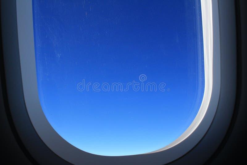 Fenêtre plate avec la vue de nuage photo stock