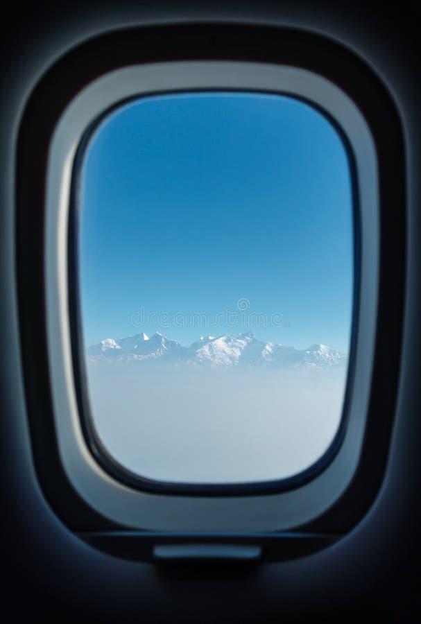 Fenêtre plate avec une vue sur l'Himalaya photographie stock