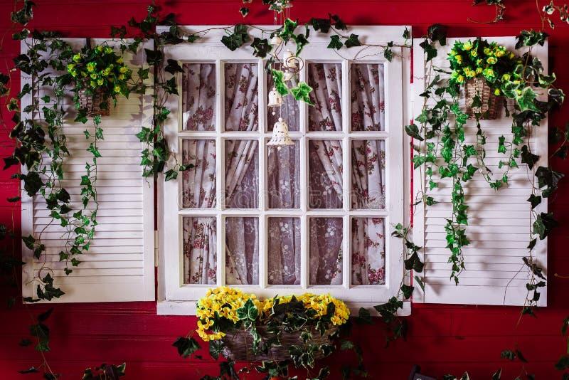 Fenêtre rustique dans la maison américaine image libre de droits