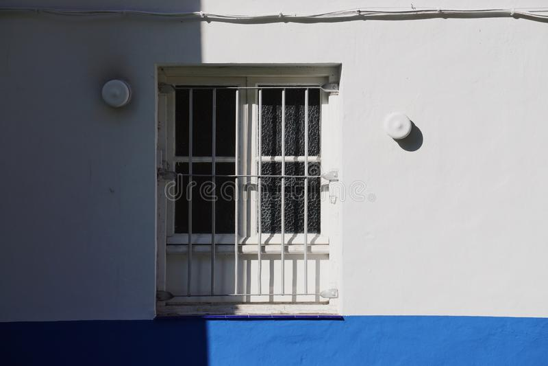 Fenêtre sur la façade de construction blanche dans la ville Espagne de Bilbao photo stock