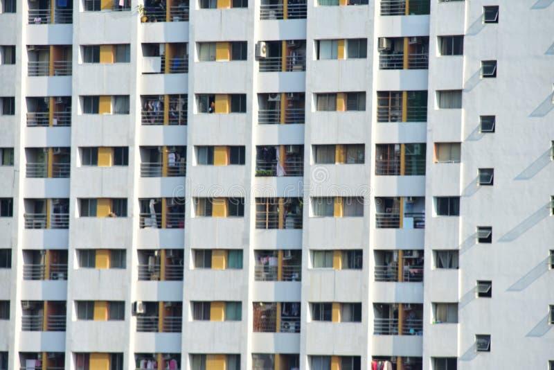 fenêtre sur le bâtiment au jour ensoleillé photo libre de droits