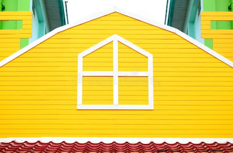 Download Fenêtre Sur Le Mur En Bois Jaune Image stock - Image du peinture, modifié: 45355677