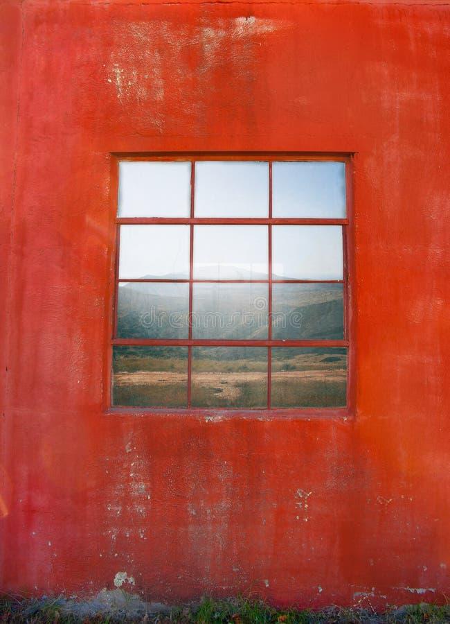 Fenêtre sur le mur rouge sale photos stock