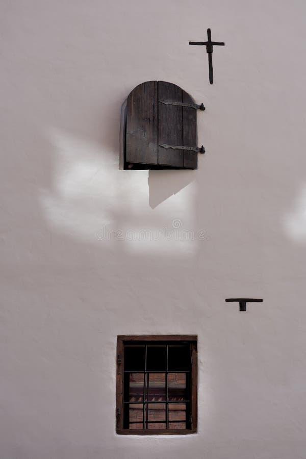 Fenêtre sur une ancienne façade médiévale image libre de droits