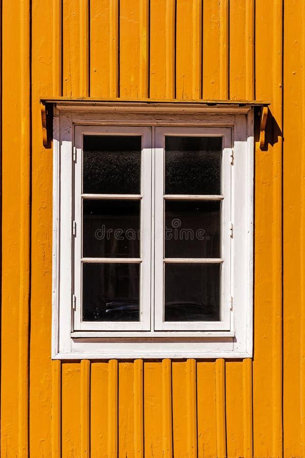 Fenêtre sur une façade en bois photos stock