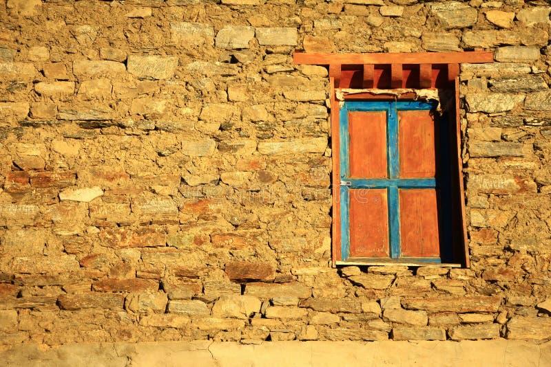 Fenêtre tibétaine de support en T coloré antique images stock