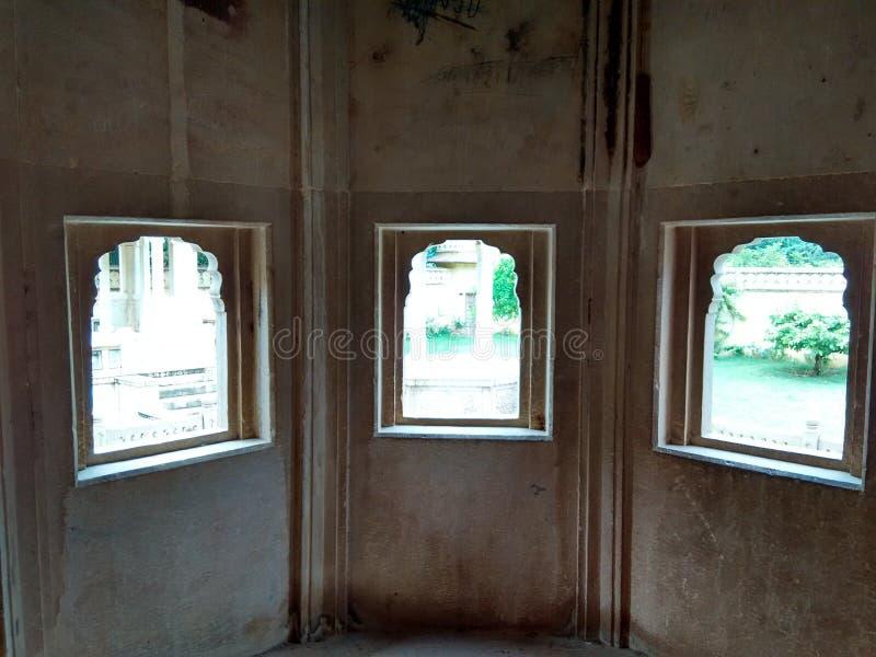 Fenêtre traditionnelle de Chatriya trois de chatriya de ki d'alligator vieille, vieille architecture image stock