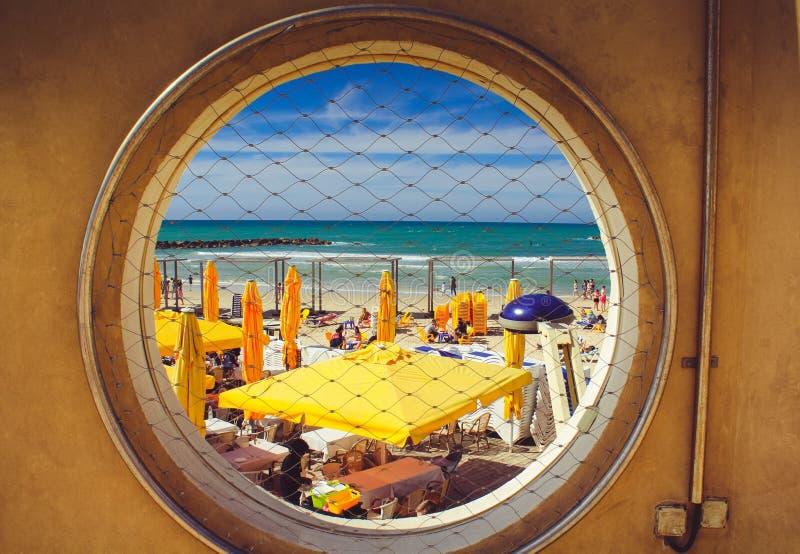 Fenêtre vers la mer Méditerranée images stock