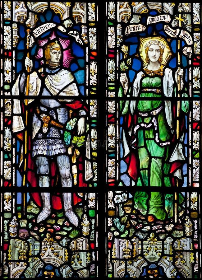 Fenêtre victorienne d'église en verre souillé dans le château du bâti de St Michael dépeignant des personnifications de victoire e photographie stock