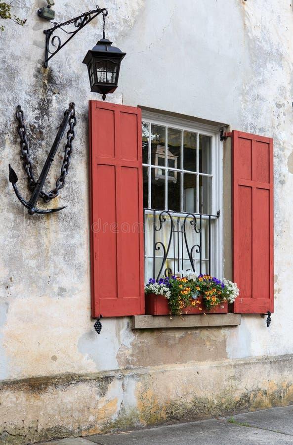 Fenêtre, volets, boîte de fleur et éclairage de lanterne image stock