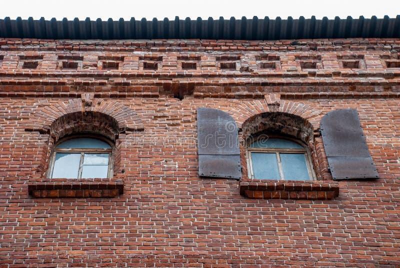 Fenêtres arquées dans un mur de briques image libre de droits