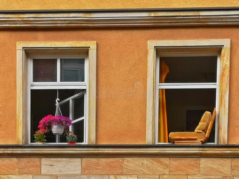 Fenêtres avec fleurs et chaise photos libres de droits