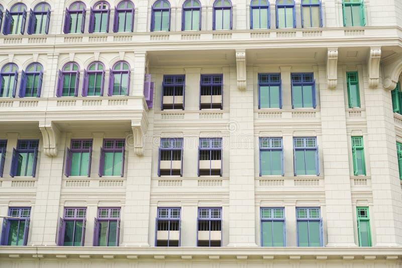 Fenêtres coloniales britanniques colorées de style de Singapour image stock