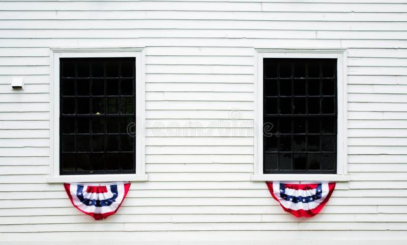 Fenêtres décorées sur un bâtiment colonial blanc en Nouvelle Angleterre photo libre de droits
