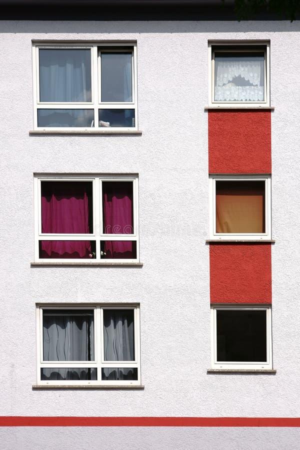 Fenêtres d'appartement avec les rideaux colorés image libre de droits