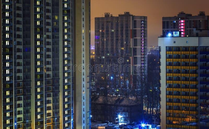 Fenêtres d'appartement pour le concept d'intimité la nuit Individualisme et espace vital Immobiliers pour le loyer et vente à urb photos libres de droits