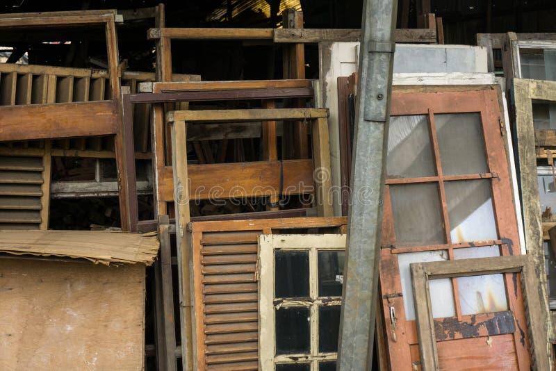 Fenêtres de Dismatled faites à partir et en verre Jakarta rentré par photo en bois Indonésie images libres de droits