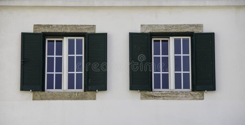 Fenêtres de double d'architecture en Europe images stock
