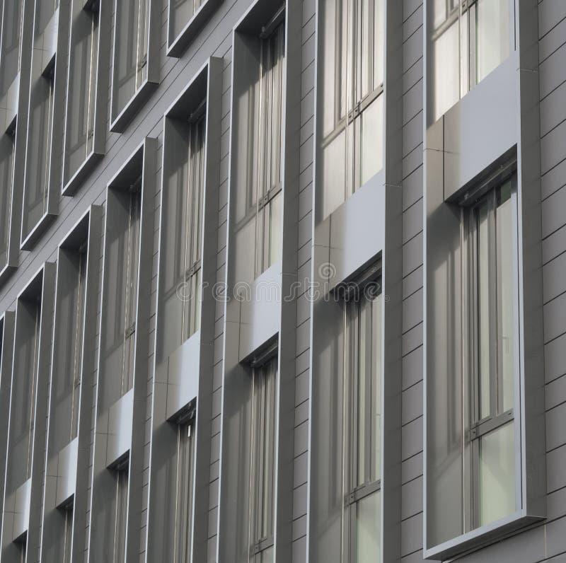 Fenêtres de gris argenté de détail architectonique de bâtiment moderne photo stock