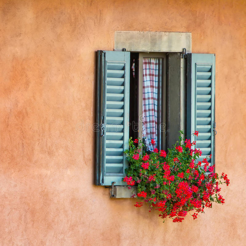 Fenêtres de vintage avec les volets en bois ouverts photos stock