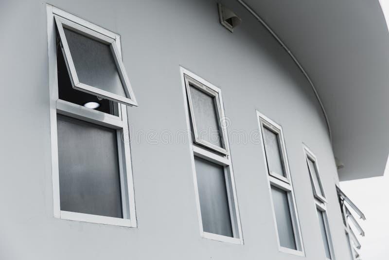 Fenêtres en aluminium modernes de poussée de siège social images stock
