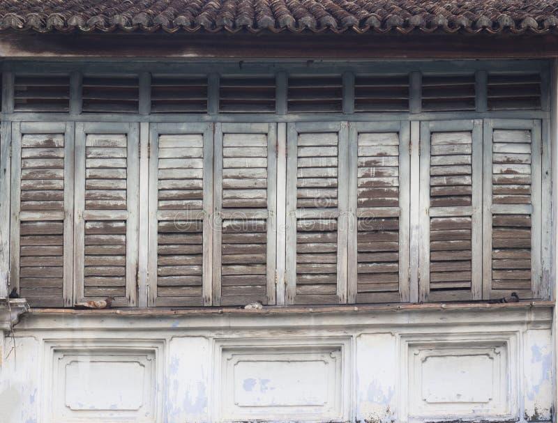 Fenêtres en bois à claire-voie tropicales traditionnelles photo libre de droits