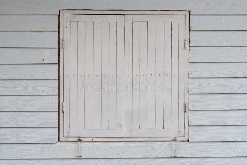 Fenêtres en bois de style ancien image stock
