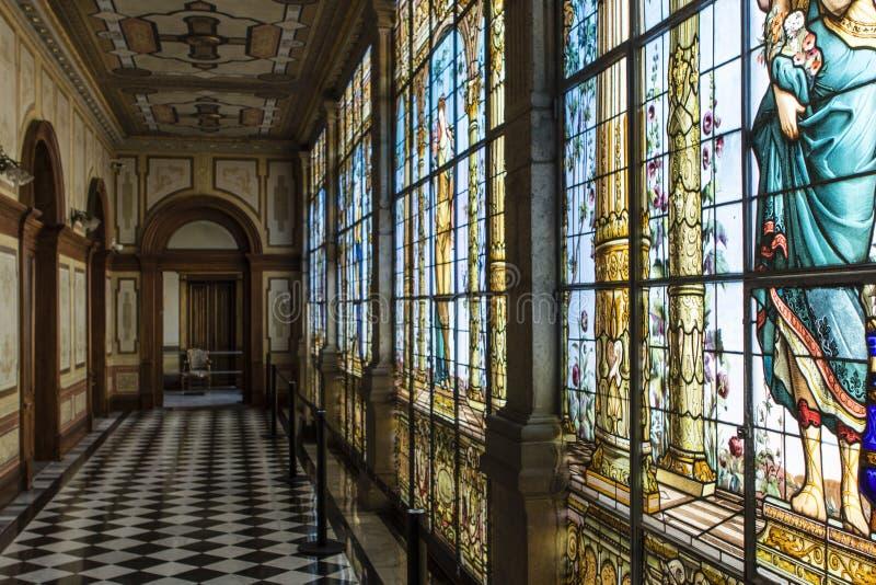 Fenêtres en verre teinté à l'intérieur du château de Chapultepec à Mexico - au Mexique image libre de droits