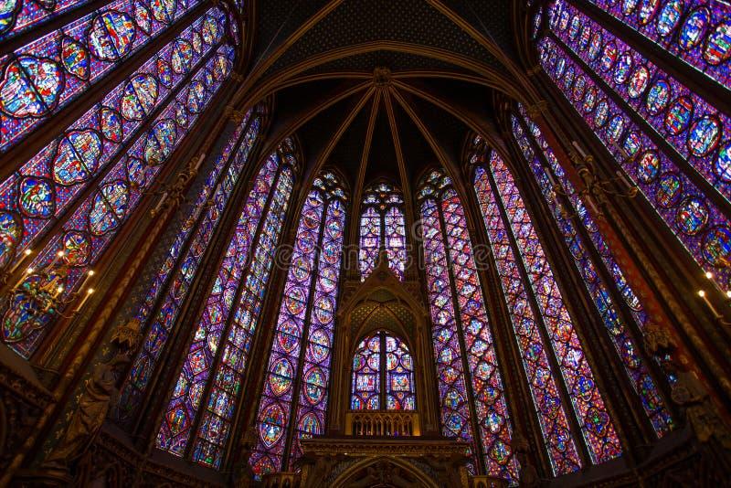 Fenêtres en verre teinté à l'intérieur du Sainte Chapelle à Paris, France images stock
