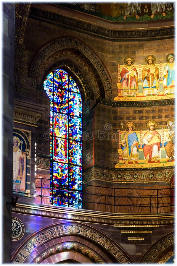 Fenêtres en verre teinté dans la cathédrale de Strasbourg image libre de droits