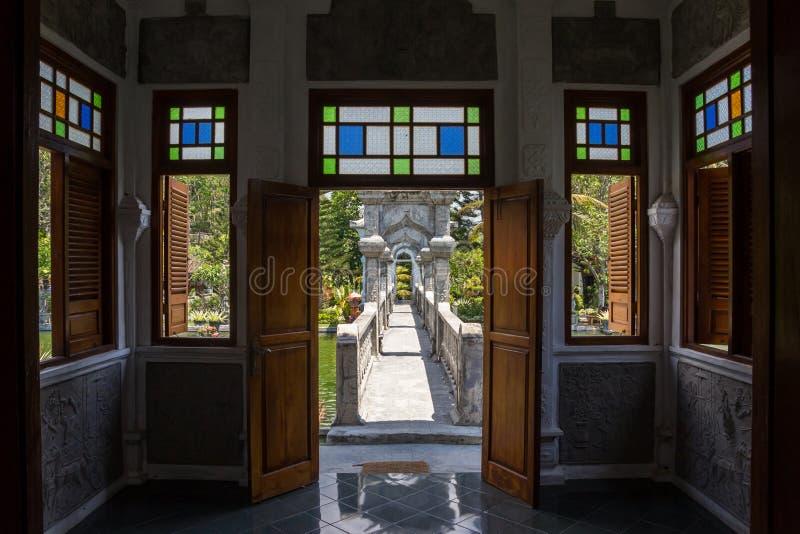 Fenêtres en verre teinté de palais de l'eau de Taman Ujung Soekasada sur Bali photos stock