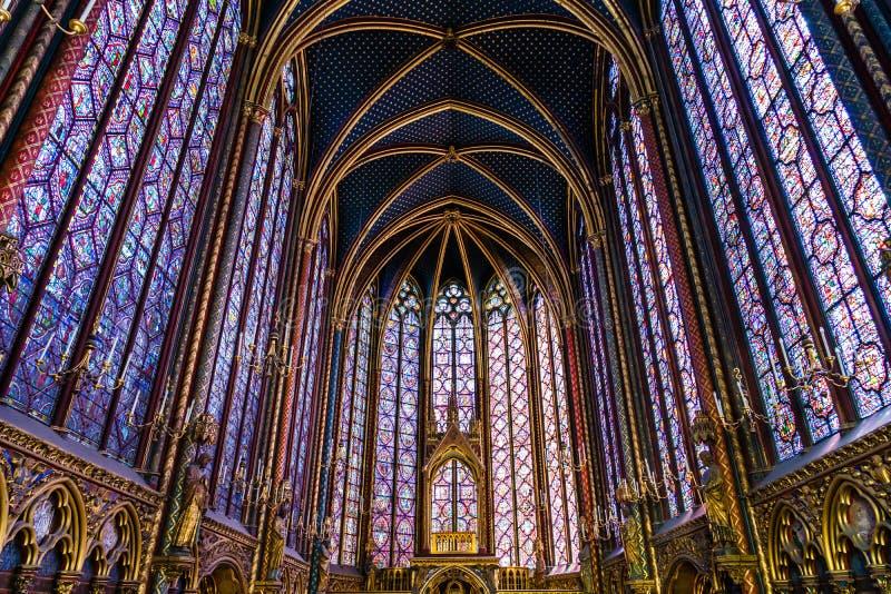 Fenêtres en verre teinté religieuses dans le Sainte Chapelle, Paris, F images libres de droits
