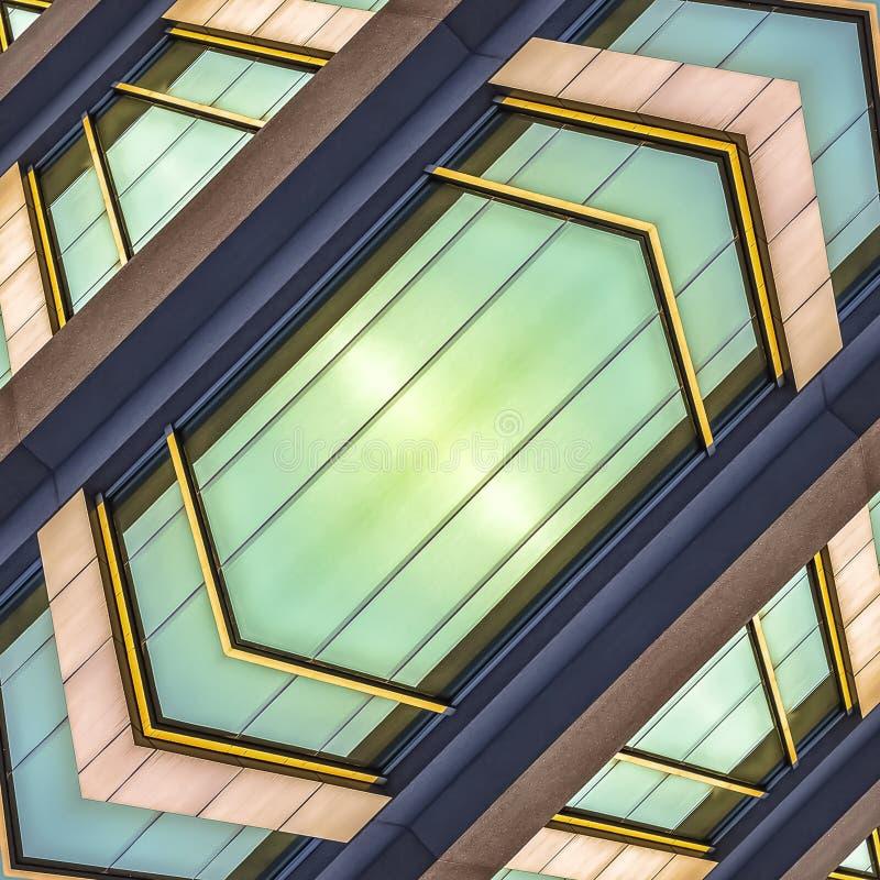 Fenêtres extérieures brillantes de cadre carré d'un immeuble de bureaux photo libre de droits