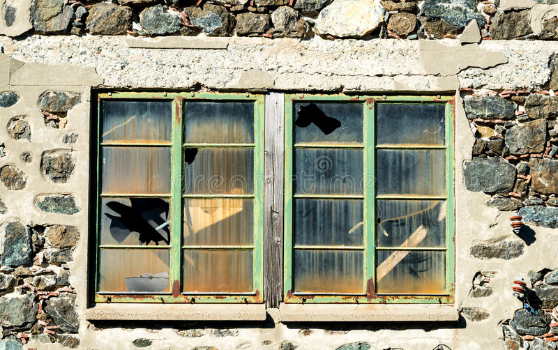Fenêtres fermées avec le verre cassé photos stock