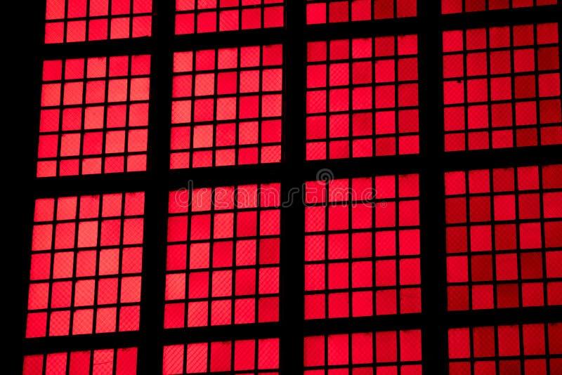 Fenêtres rouges de cathédrale à Amsterdam photos libres de droits