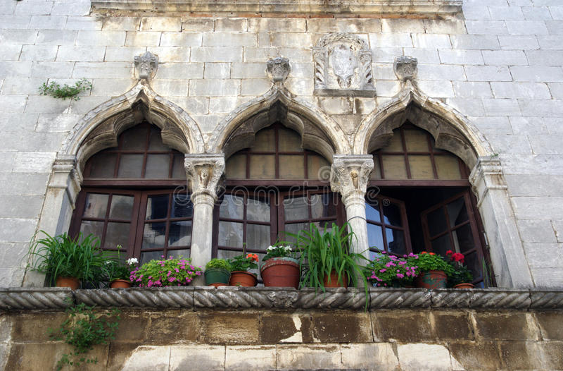 Fenêtres vénitiennes dans Porec, Croatie photo stock