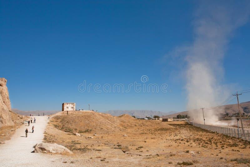 Fenómeno natural del tornado en un valle arenoso con el camino a Persepolis en Oriente Medio imagen de archivo libre de regalías