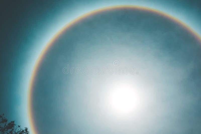 Fenómeno natural en el cual el sol tiene un borde hermoso del arco iris imagenes de archivo