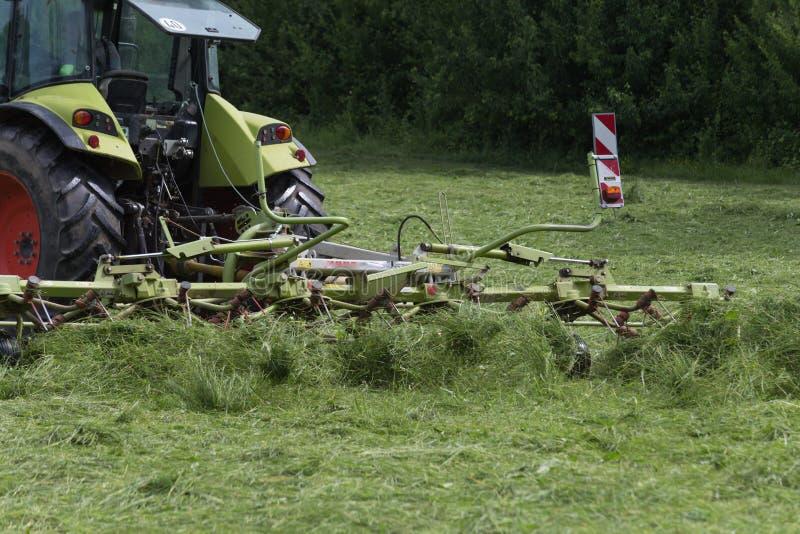 Fenaison du tracteur photo stock