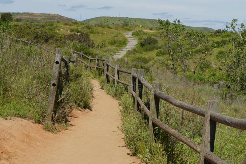 Fenceline και ίχνος στο πάρκο ιχνών αποστολής στοκ φωτογραφίες με δικαίωμα ελεύθερης χρήσης
