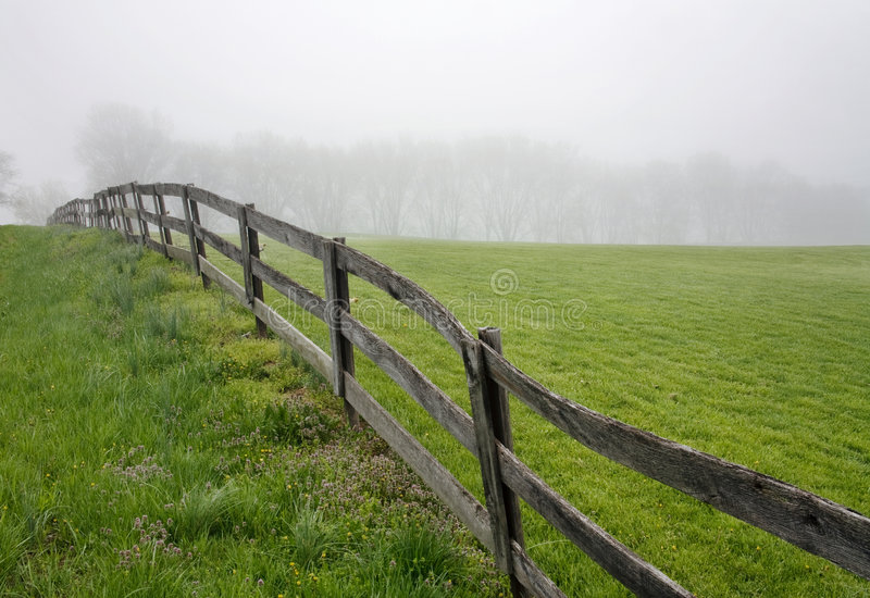 Fenceline, campo e nebbia fotografie stock libere da diritti