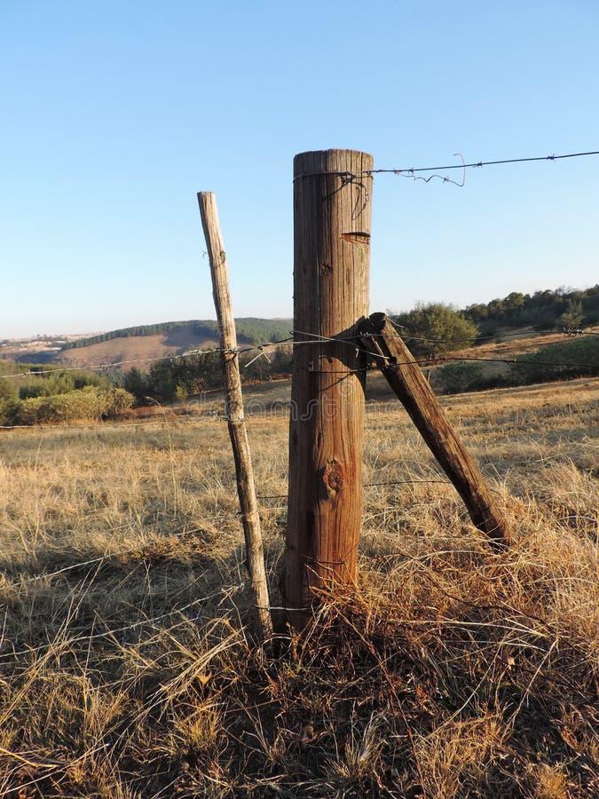 Fencepost bij het landbouwbedrijf stock fotografie