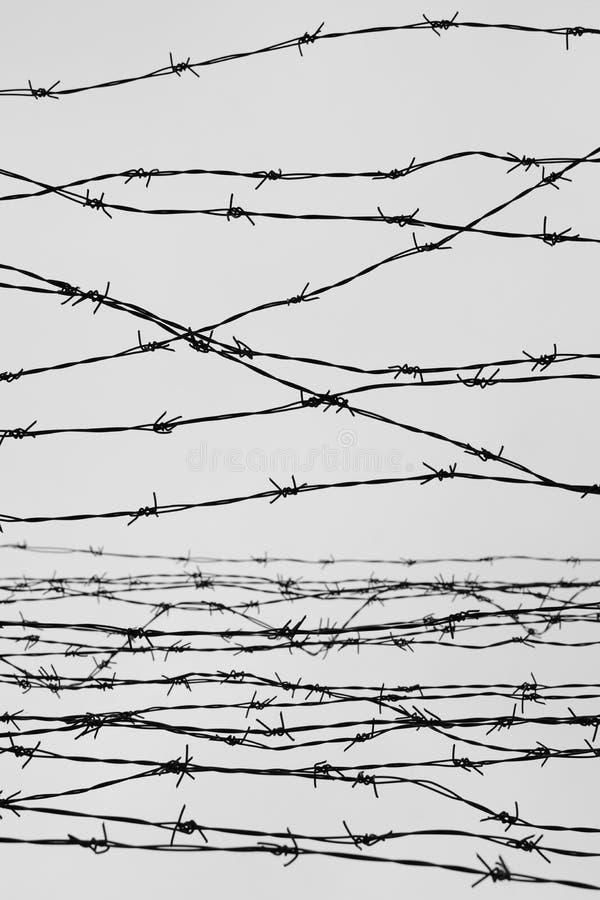 fencing Cerca con alambre de púas dejado cárcel Espinas bloque Un preso Campo de concentración del holocausto presos foto de archivo libre de regalías